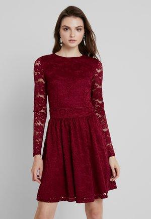 Vestido de cóctel - beet red
