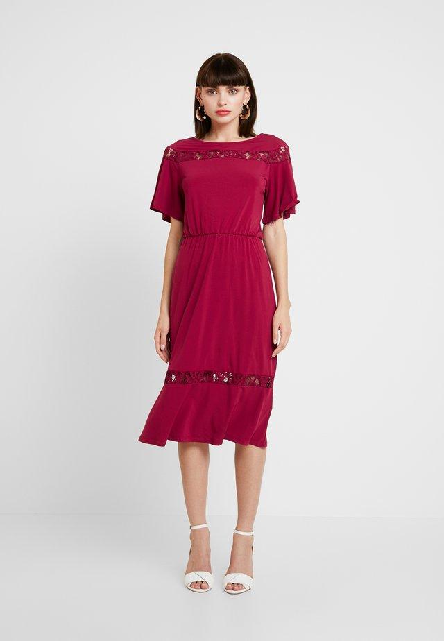 Vestito di maglina - beet red