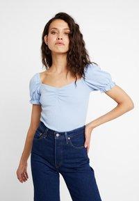 mint&berry - BODY - T-shirt z nadrukiem - kentucky blue - 0