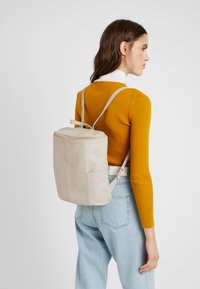 mint&berry - LEATHER - Rucksack - soft taupe - 1