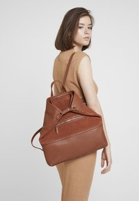 mint&berry - LEATHER - Reppu - dark cognac - 1