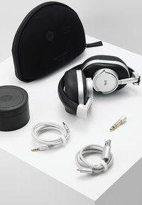 Master & Dynamic - MW50 WIRELESS ON-EAR - Słuchawki - leica silver - 5