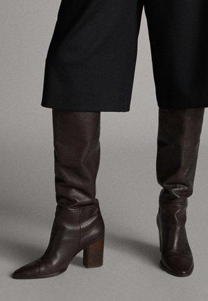 MIT HOLZABSATZ  - Boots - brown