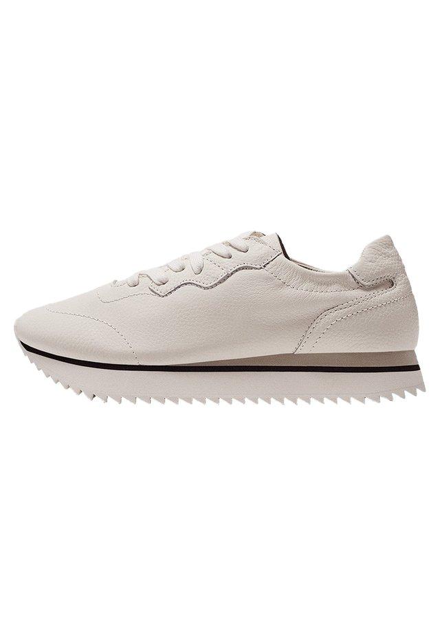 MIT GEZAHNTER LAUFSOHLE - Sneakers - beige