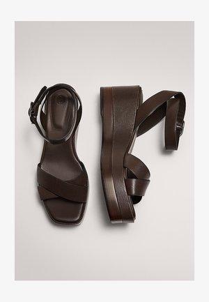 MIT HOLZÜBERZUG  - High heeled sandals - brown
