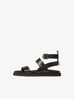 MIT BREITEN RIEMCHEN  - Sandals - brown