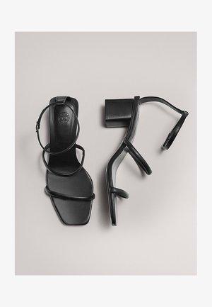 MIT DOPPELTEM RIEMEN - Sandales - black