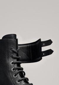 Massimo Dutti - STIEFELETTEN MIT SCHNÜRUNG UND SCHNALLEN 11112550 - Lace-up ankle boots - black - 4