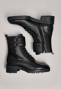 Massimo Dutti - STIEFELETTEN MIT SCHNÜRUNG UND SCHNALLEN 11112550 - Lace-up ankle boots - black - 3
