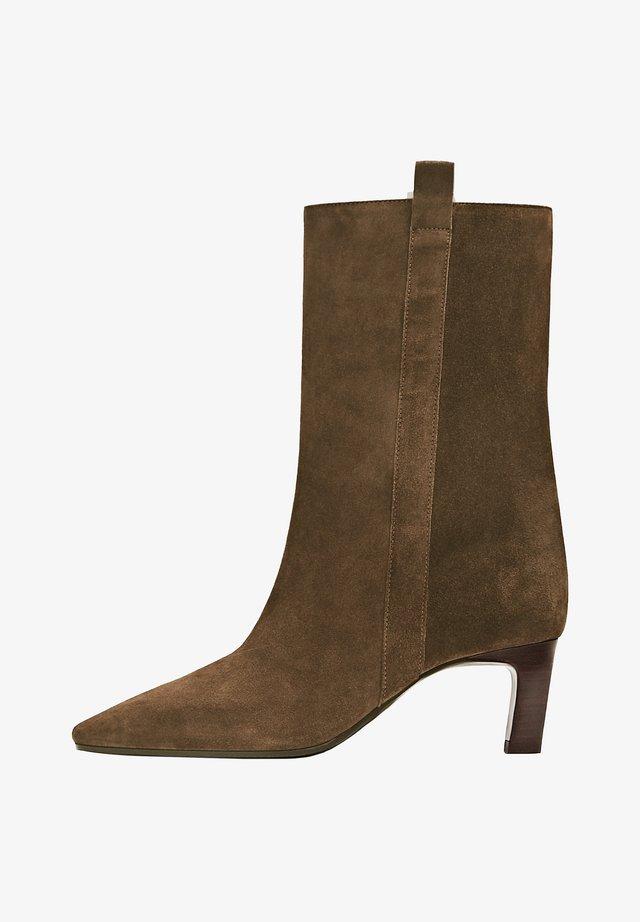 AUNEM MIT HO ABSATZ - Ankle boot - brown