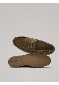 Massimo Dutti - GOLBRAUNER MOKASSIN AUS BORKELEDER 12408550 - Chaussures bateau - beige - 4