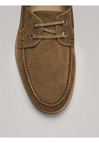 Massimo Dutti - GOLBRAUNER MOKASSIN AUS BORKELEDER 12408550 - Chaussures bateau - beige - 5
