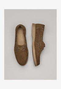 Massimo Dutti - GOLBRAUNER MOKASSIN AUS BORKELEDER 12408550 - Chaussures bateau - beige - 1