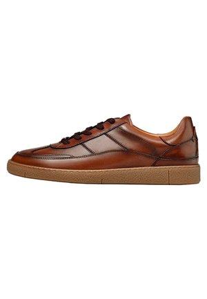 SNEAKER AUS GEBÜRSTETEM LEDER 12100550 - Sneakersy niskie - brown