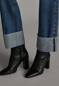 Massimo Dutti - WEITE HOSE MIT GÜRTEL 05039710 - Jeans baggy - dark blue - 5