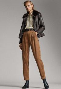Massimo Dutti - MIT BUNDFALTEN - Trousers - brown - 1
