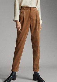 Massimo Dutti - MIT BUNDFALTEN - Trousers - brown - 0