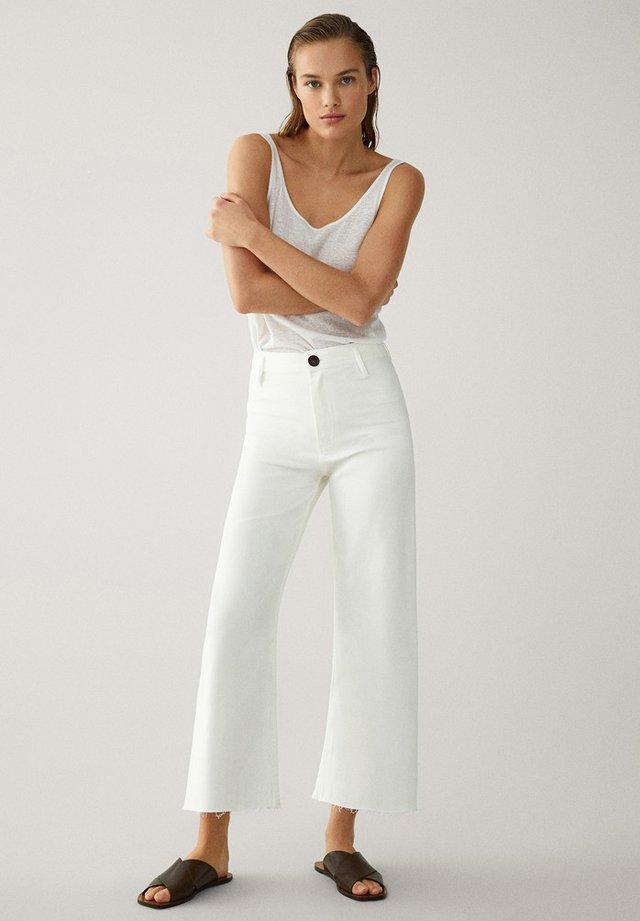 MIT HOHEM BUND  - Flared Jeans - white