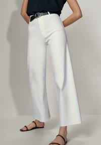 Massimo Dutti - MIT HOHEM BUND  - Jeans a zampa - white - 5