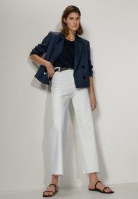 Massimo Dutti - MIT HOHEM BUND  - Jeans a zampa - white - 4