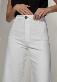 Massimo Dutti - MIT HOHEM BUND  - Jeans a zampa - white - 6