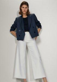 Massimo Dutti - MIT HOHEM BUND  - Jeans a zampa - white - 3
