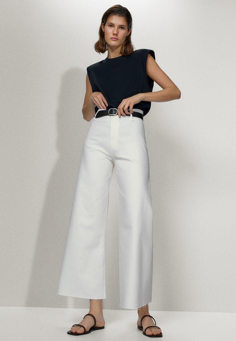 Massimo Dutti - MIT HOHEM BUND  - Jeans a zampa - white
