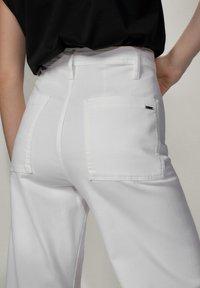 Massimo Dutti - MIT HOHEM BUND  - Jeans a zampa - white - 7