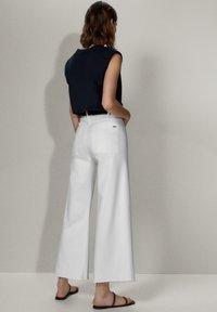 Massimo Dutti - MIT HOHEM BUND  - Jeans a zampa - white - 2