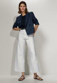 Massimo Dutti - MIT HOHEM BUND  - Jeans a zampa - white - 1