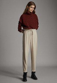 Massimo Dutti - MIT SEITENSTREIFEN - Trousers - beige - 1