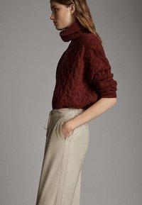 Massimo Dutti - MIT SEITENSTREIFEN - Trousers - beige - 3