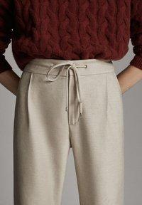 Massimo Dutti - MIT SEITENSTREIFEN - Trousers - beige - 4