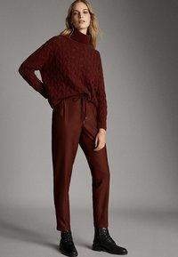 Massimo Dutti - MIT SEITENSTREIFEN - Trousers - red - 3