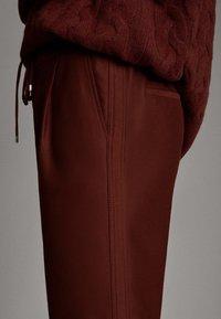 Massimo Dutti - MIT SEITENSTREIFEN - Trousers - red - 4