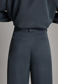 Massimo Dutti - 05009519 - Tygbyxor - dark grey - 6