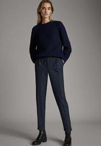 Massimo Dutti - KARIERTE JOGGERHOSE IN BLAU 05005905 - Pantalon de survêtement - blue - 1