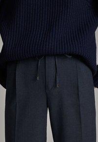 Massimo Dutti - KARIERTE JOGGERHOSE IN BLAU 05005905 - Tracksuit bottoms - blue - 4