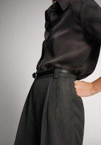 Massimo Dutti - STRAIGHT-FIT-HOSE IN FISCHGRATBINDUNG 05027517 - Pantalon classique - black - 5