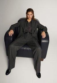 Massimo Dutti - STRAIGHT-FIT-HOSE IN FISCHGRATBINDUNG 05027517 - Pantalon classique - black - 6