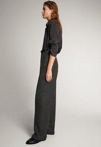 Massimo Dutti - STRAIGHT-FIT-HOSE IN FISCHGRATBINDUNG 05027517 - Pantalon classique - black - 3