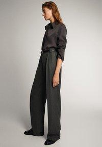 Massimo Dutti - STRAIGHT-FIT-HOSE IN FISCHGRATBINDUNG 05027517 - Pantalon classique - black - 4