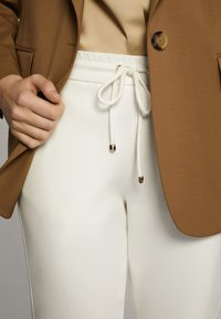 Massimo Dutti - JOGGERHOSE MIT BUND 05045679 - Pantaloni sportivi - white - 4