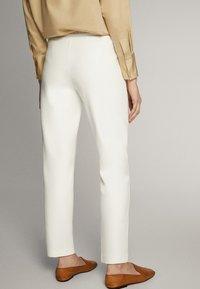 Massimo Dutti - JOGGERHOSE MIT BUND 05045679 - Pantaloni sportivi - white - 2