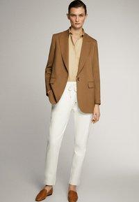 Massimo Dutti - JOGGERHOSE MIT BUND 05045679 - Pantaloni sportivi - white - 1