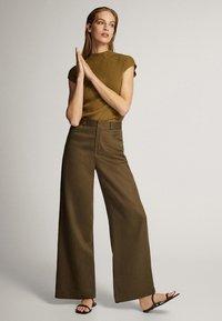 Massimo Dutti - MIT WEITEM BEIN UND RUNDEN TASCHEN - Trousers - green - 1