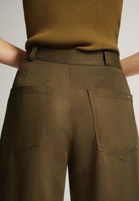 Massimo Dutti - MIT WEITEM BEIN UND RUNDEN TASCHEN - Trousers - green - 5