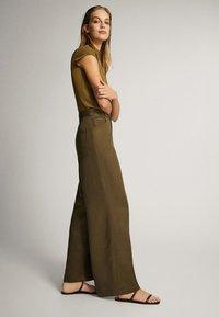 Massimo Dutti - MIT WEITEM BEIN UND RUNDEN TASCHEN - Trousers - green - 3