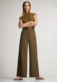 Massimo Dutti - MIT WEITEM BEIN UND RUNDEN TASCHEN - Trousers - green - 4