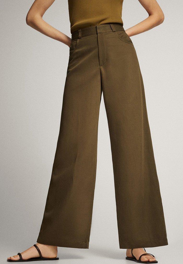 Massimo Dutti - MIT WEITEM BEIN UND RUNDEN TASCHEN - Trousers - green